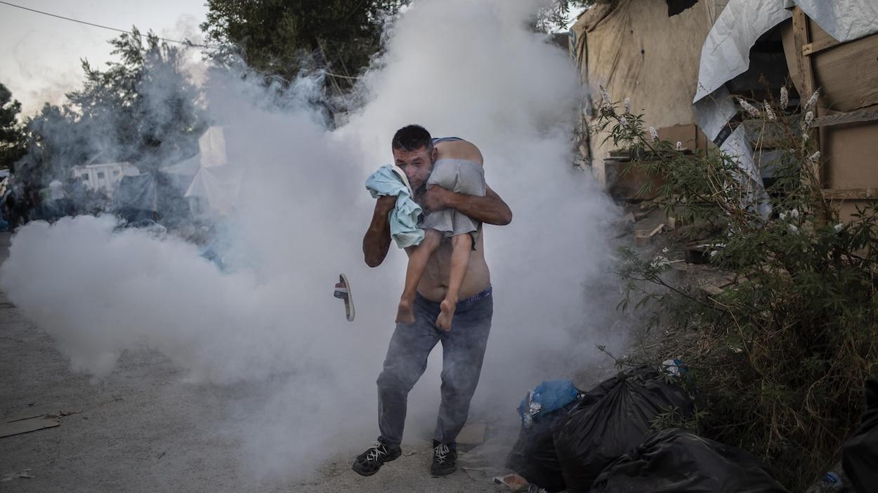 Grèce: des émeutes dans un camp de réfugiés font deux morts