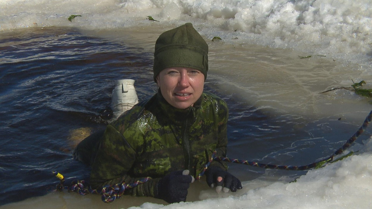 Une militaire dans l'eau
