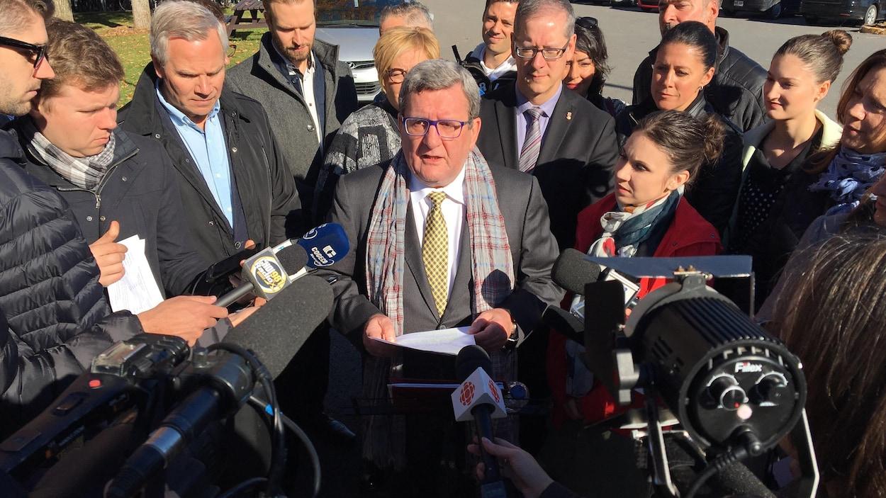 Régis Labeaume s'adresse aux journalistes entourés des candidats de son équipe.