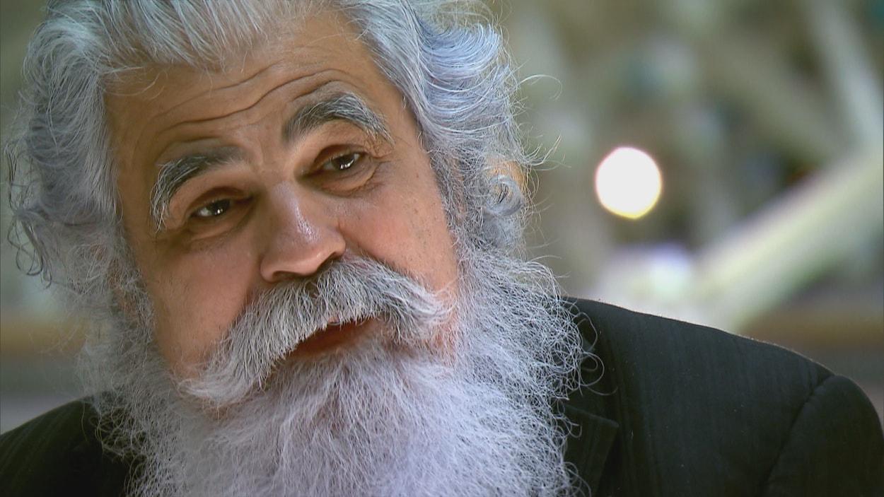 L'homme à la barbe blanche ressemble au père Noël.
