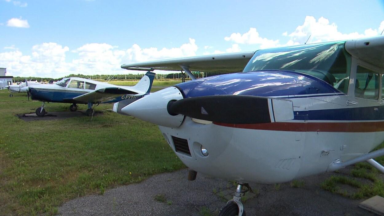 Des avions sont stationnés dans un aérodrome.