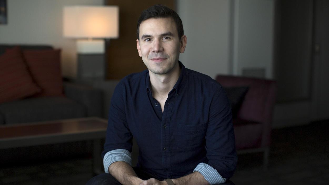 Le cofondateur d'Oculur VR, Nate Mitchel, est assis dans un studio.
