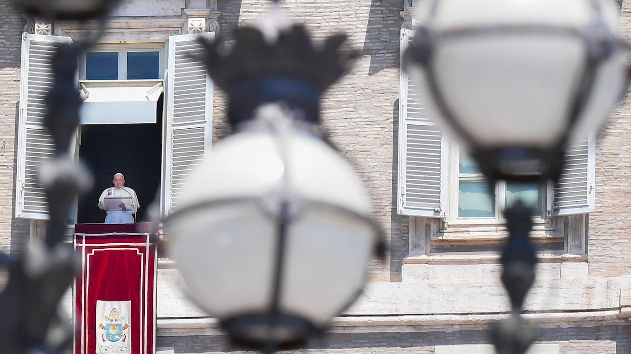 Le pape François s'adresse, du haut d'un balcon, à la foule de la place Saint-Pierre de Rome.