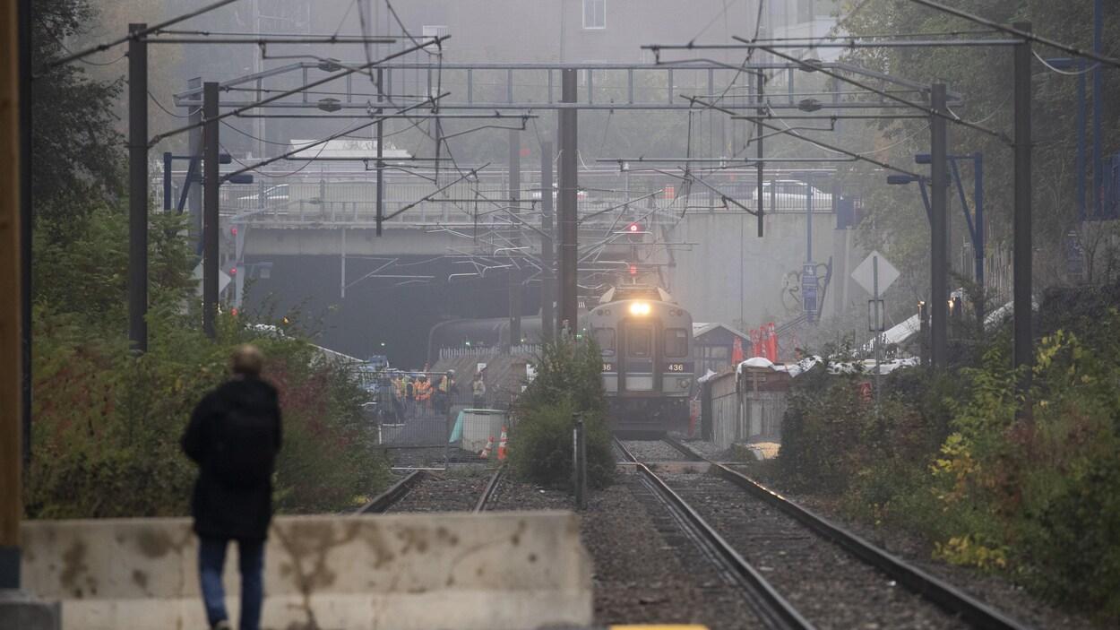 Un train s'approchant de la station Canora.
