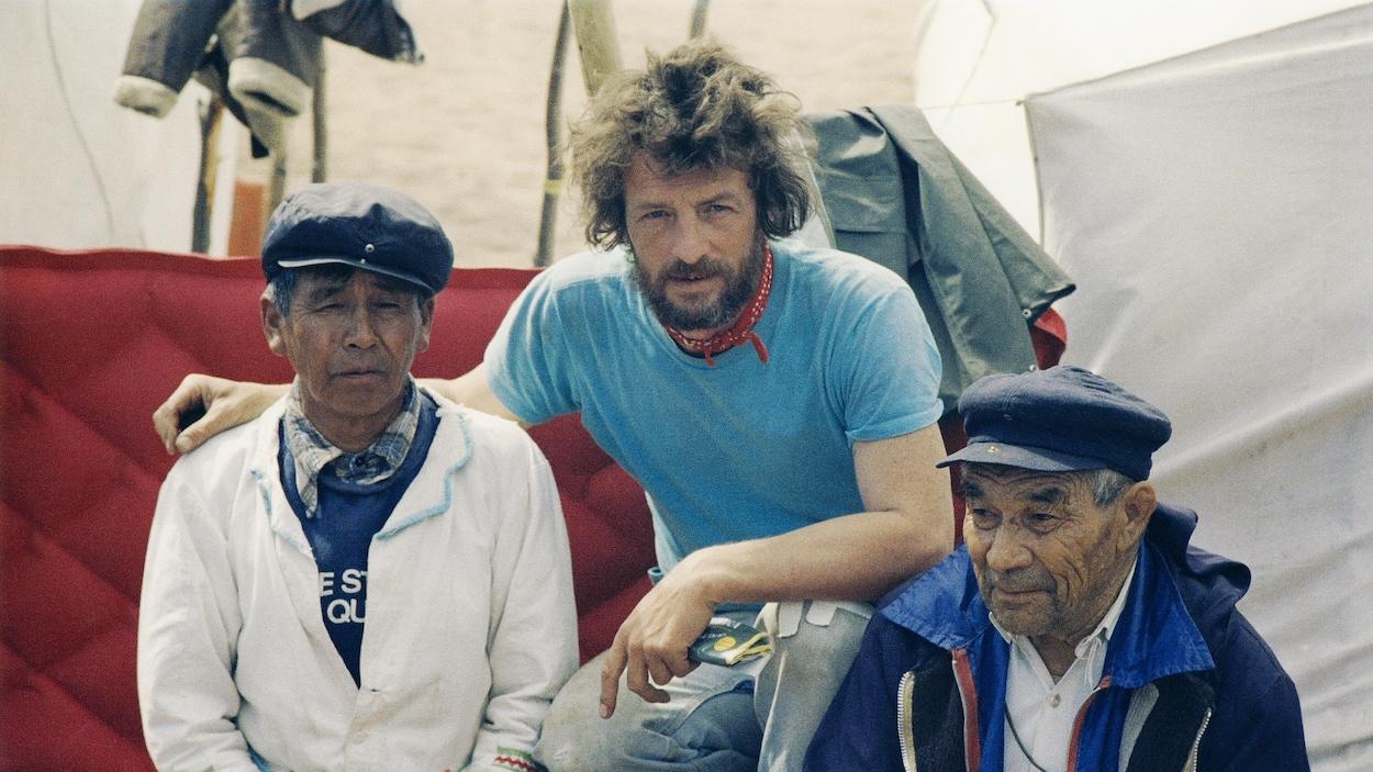 Rémi Savard, plus jeune, entouré de deux Autochtones.