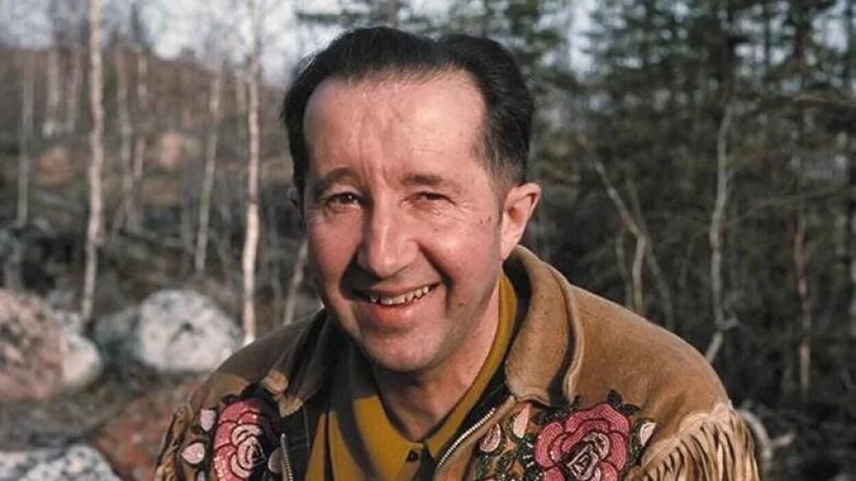 Photo d'archive de René Fumoleau qui sourit pour la caméra.