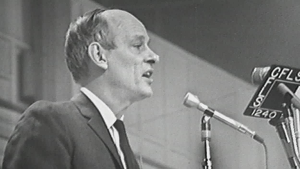 René Lévesque devant un micro