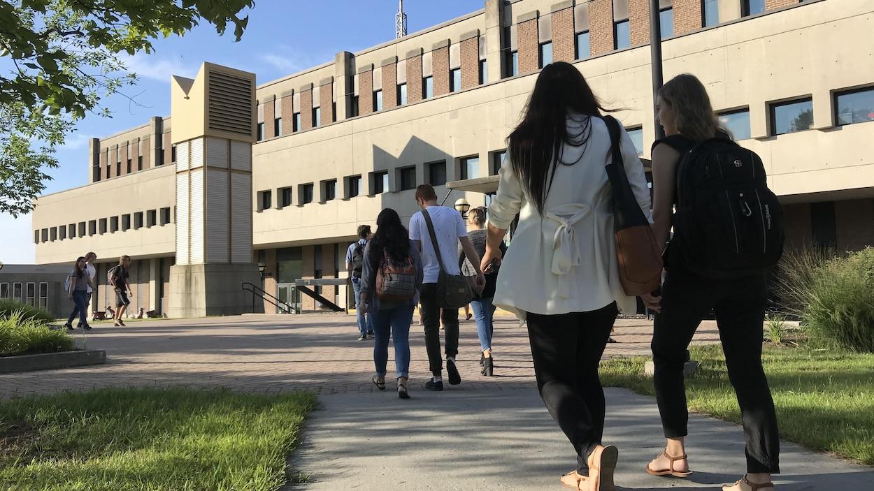Des étudiants marchent sur le campus du Cégep de Sherbrooke.