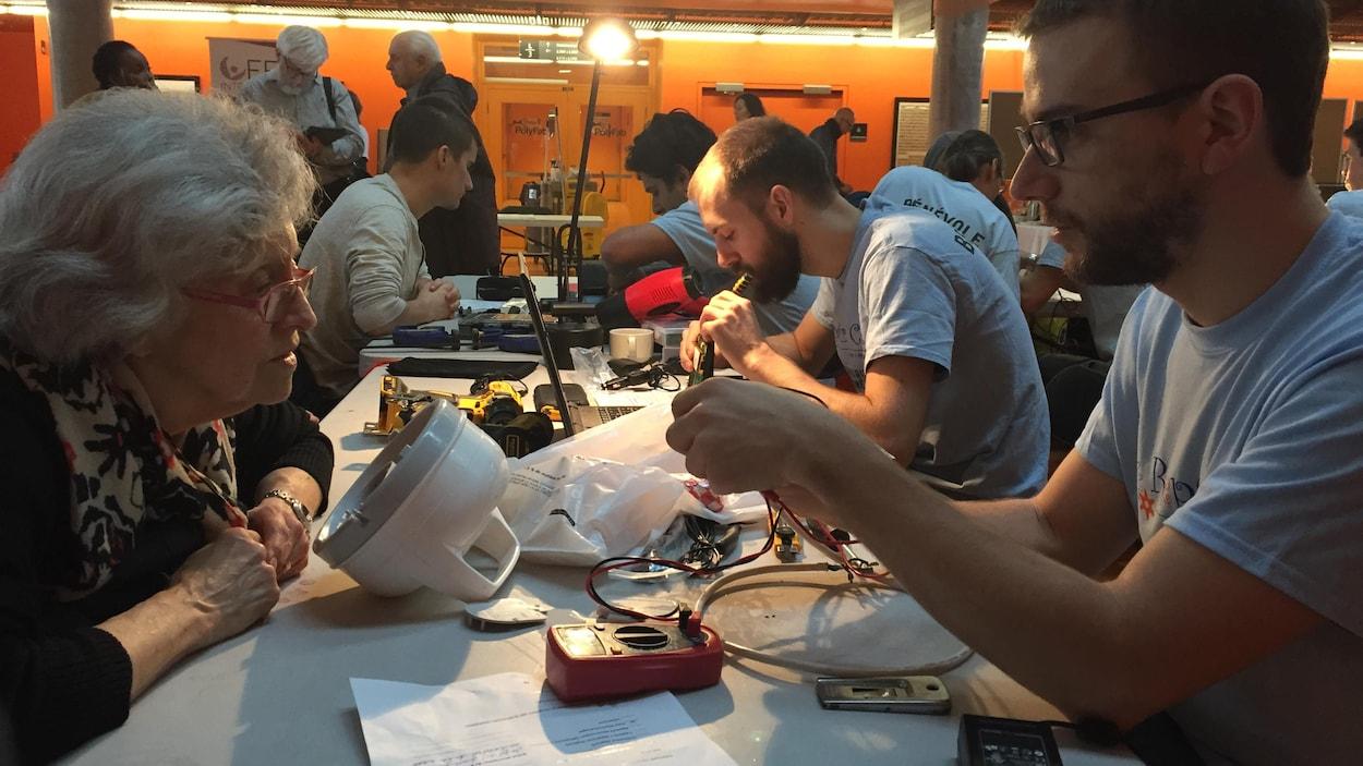 Le Repair café «est un atelier de réparation communautaire où des bénévoles aident des gens en démontrant que certains objets sont souvent réparables.