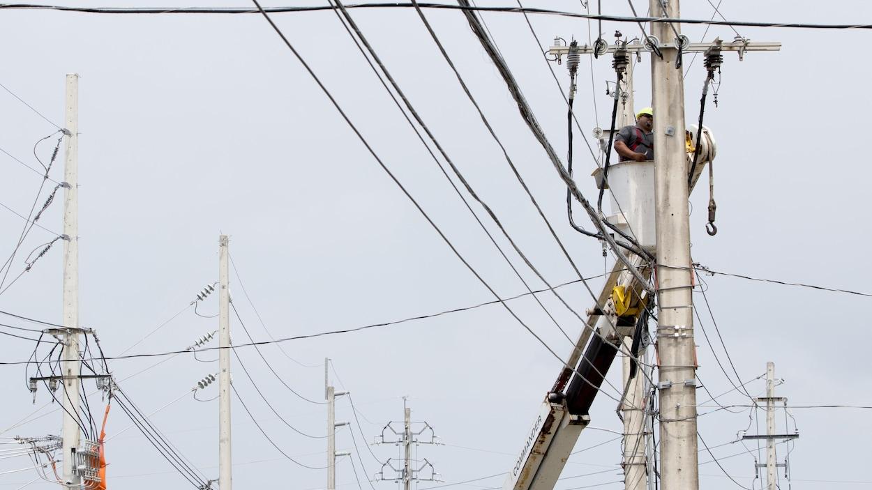 Un travailleur de Porto Rico Electric Power Authority répare une ligne électrique à San Juan au Porto Rico.