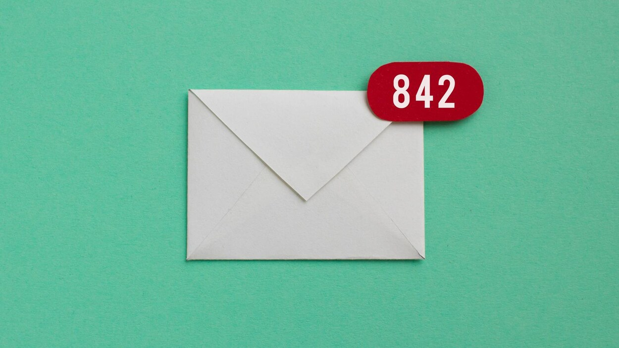 Une enveloppe de lettre surmontée du chiffre 842, comme illustration d'une boîte de courriels remplie de messages non lus.