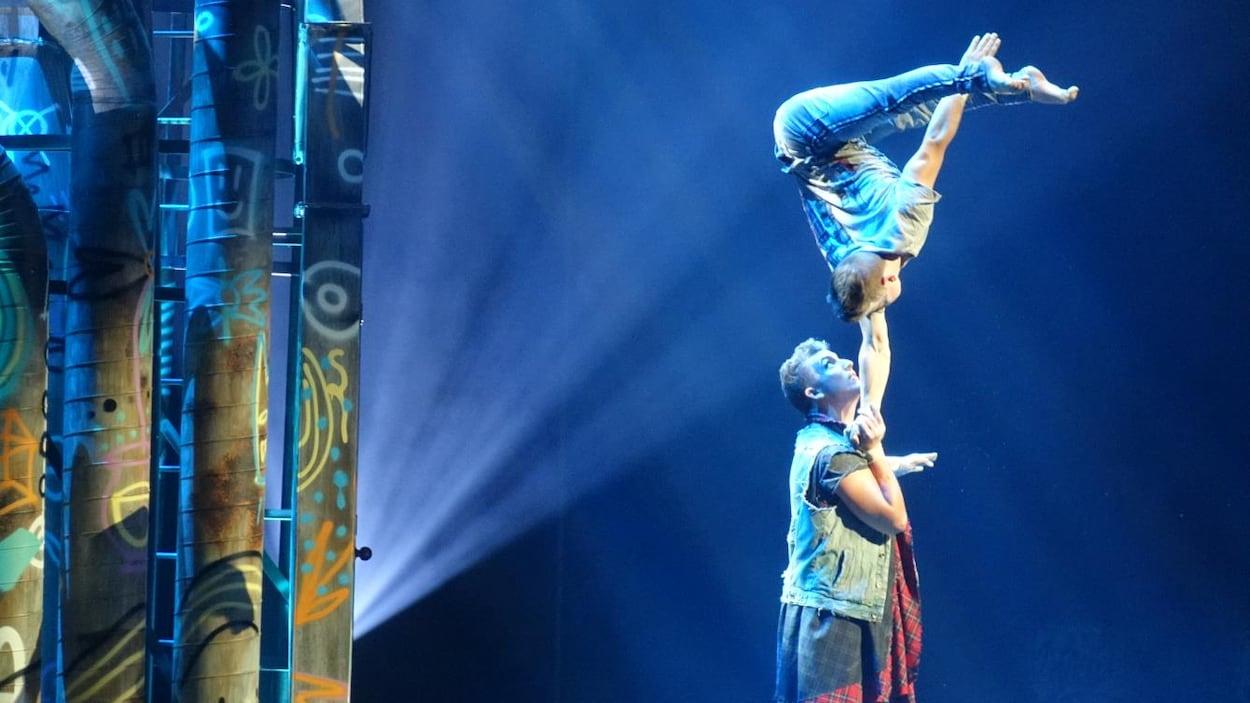 Un homme par-dessus l'autre sur la scène de l'amphithéâtre de Trois-Rivières, le 18 juillet 2018.