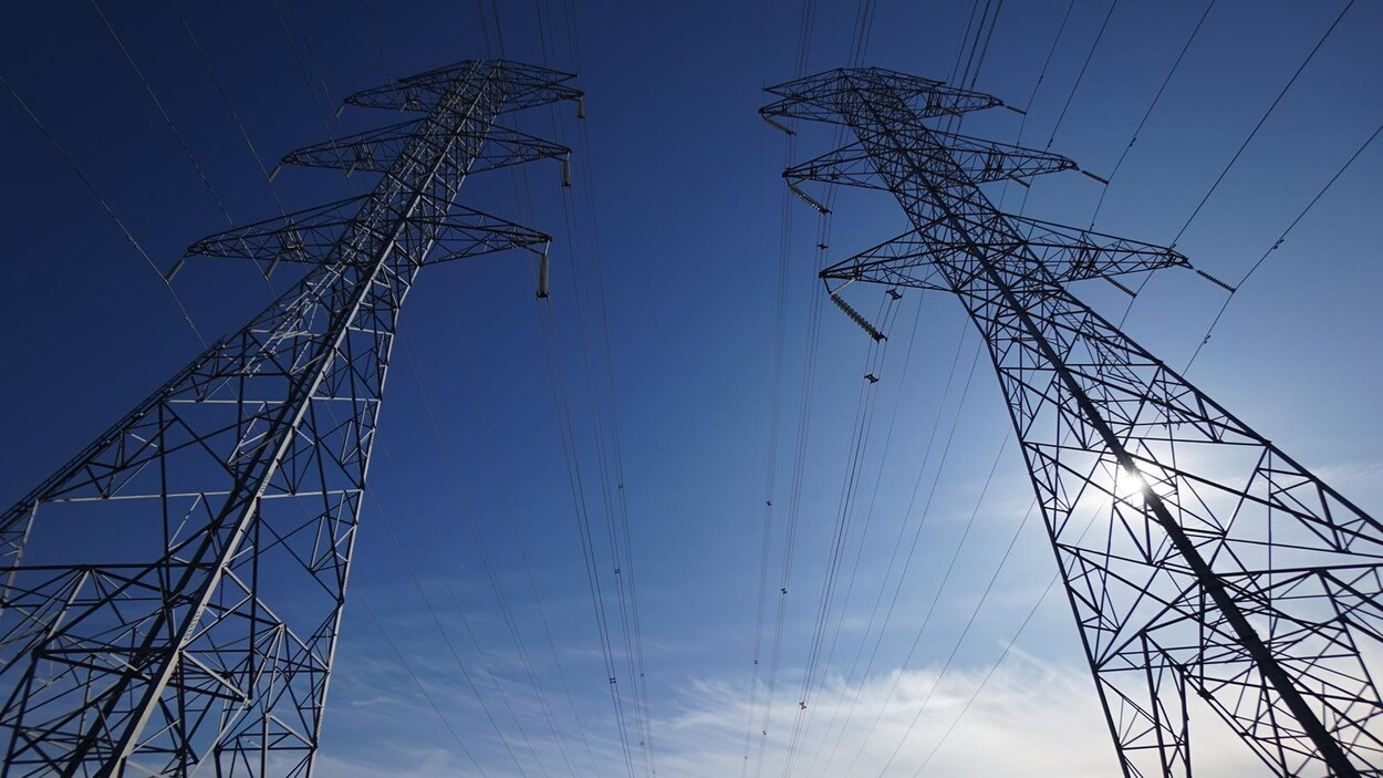 Des tours de transmission électrique.
