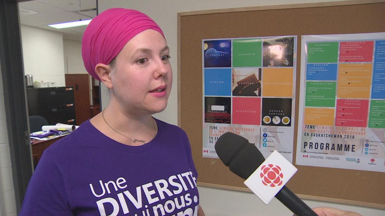 Marie Galophe donne une entrevue debout dans un couloir.