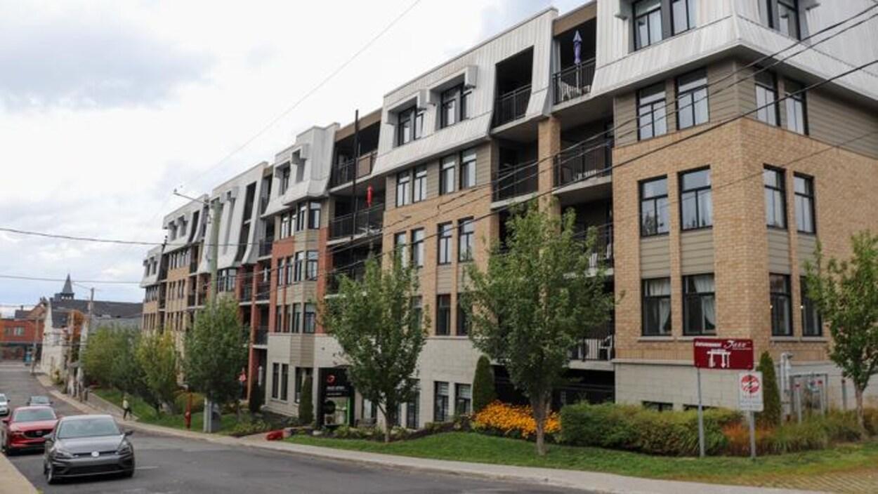 Immeuble à logements en briques.