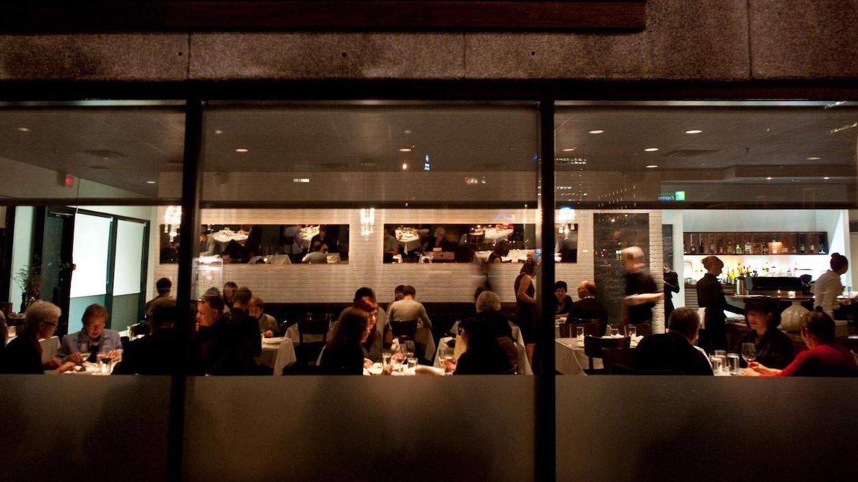 Personnes attablées dans un restaurant.