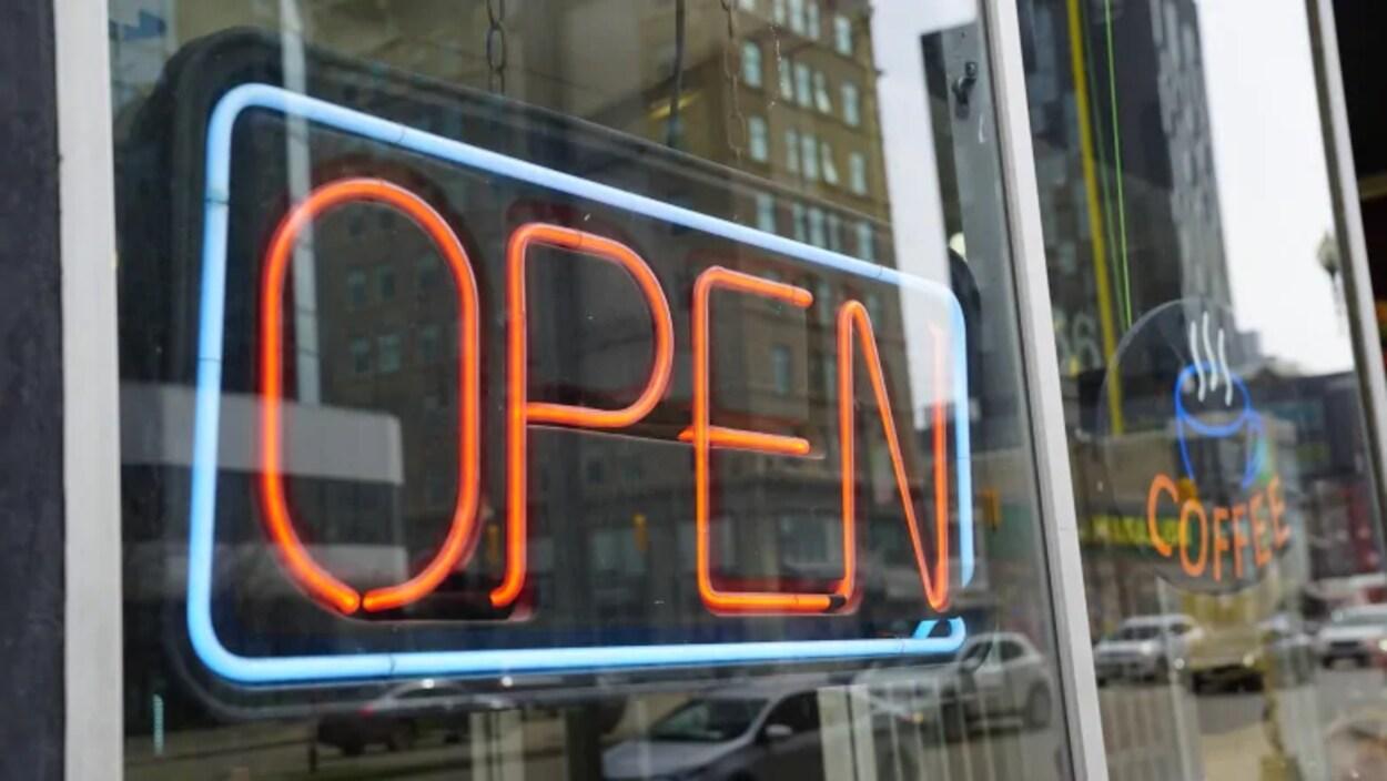 Une affiche néon qui dit ouvert.