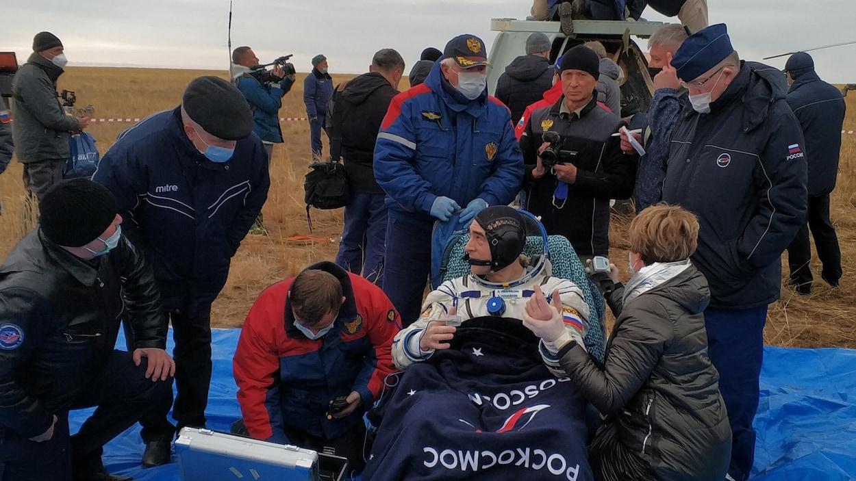 Un astronaute reçoit un traitement médical peu après l'atterrissage au Kazakhstan.