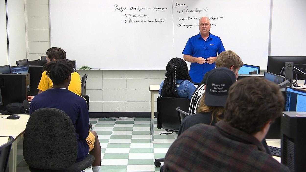 Gaëtan Poulin devant des élèves.