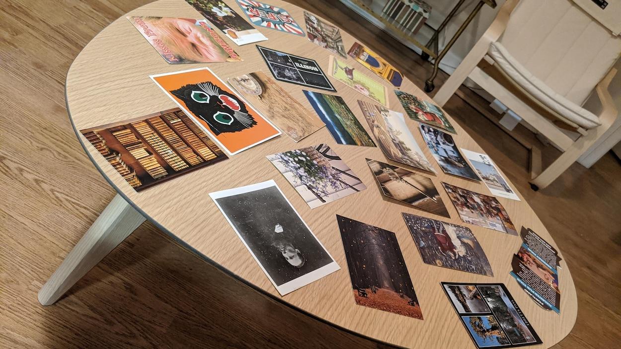 Des cartes postales sur une table en bois.