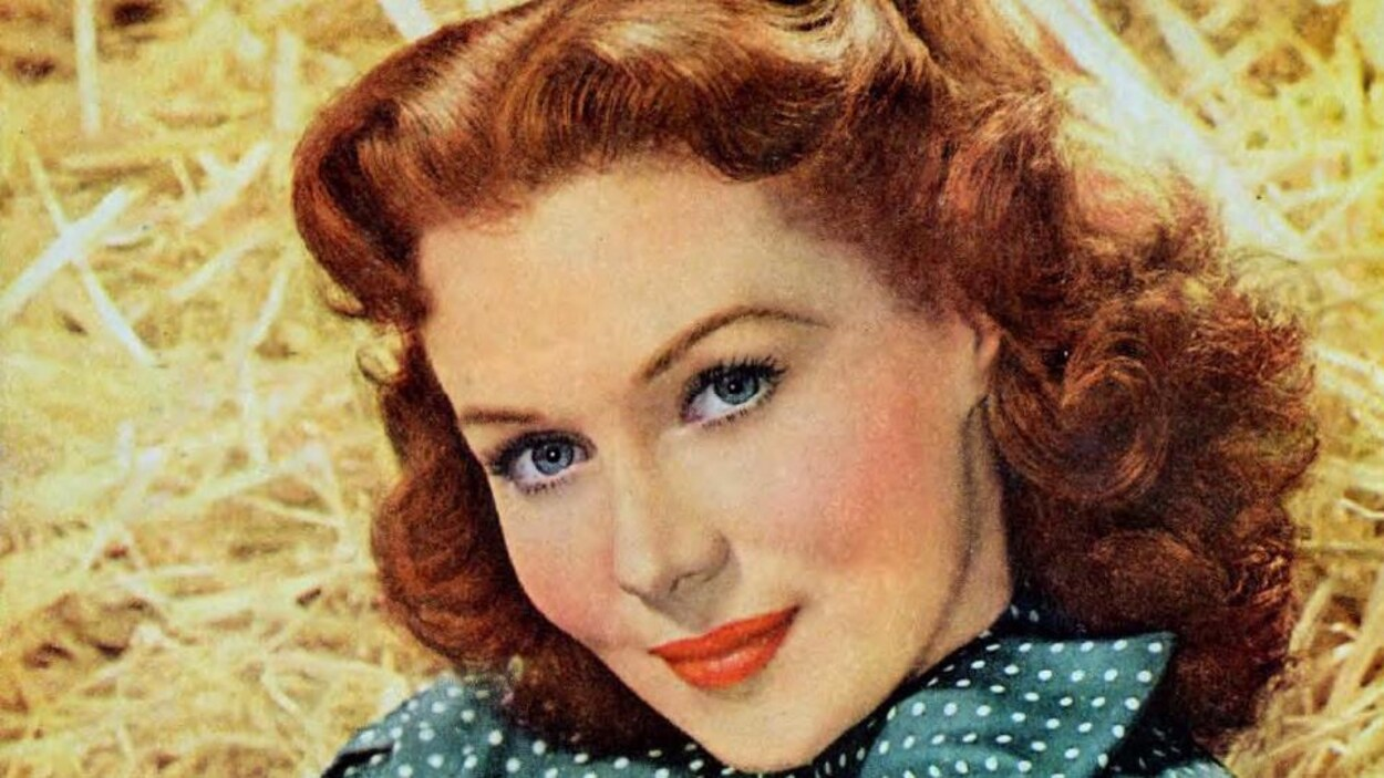 Rhonda Fleming sourit.