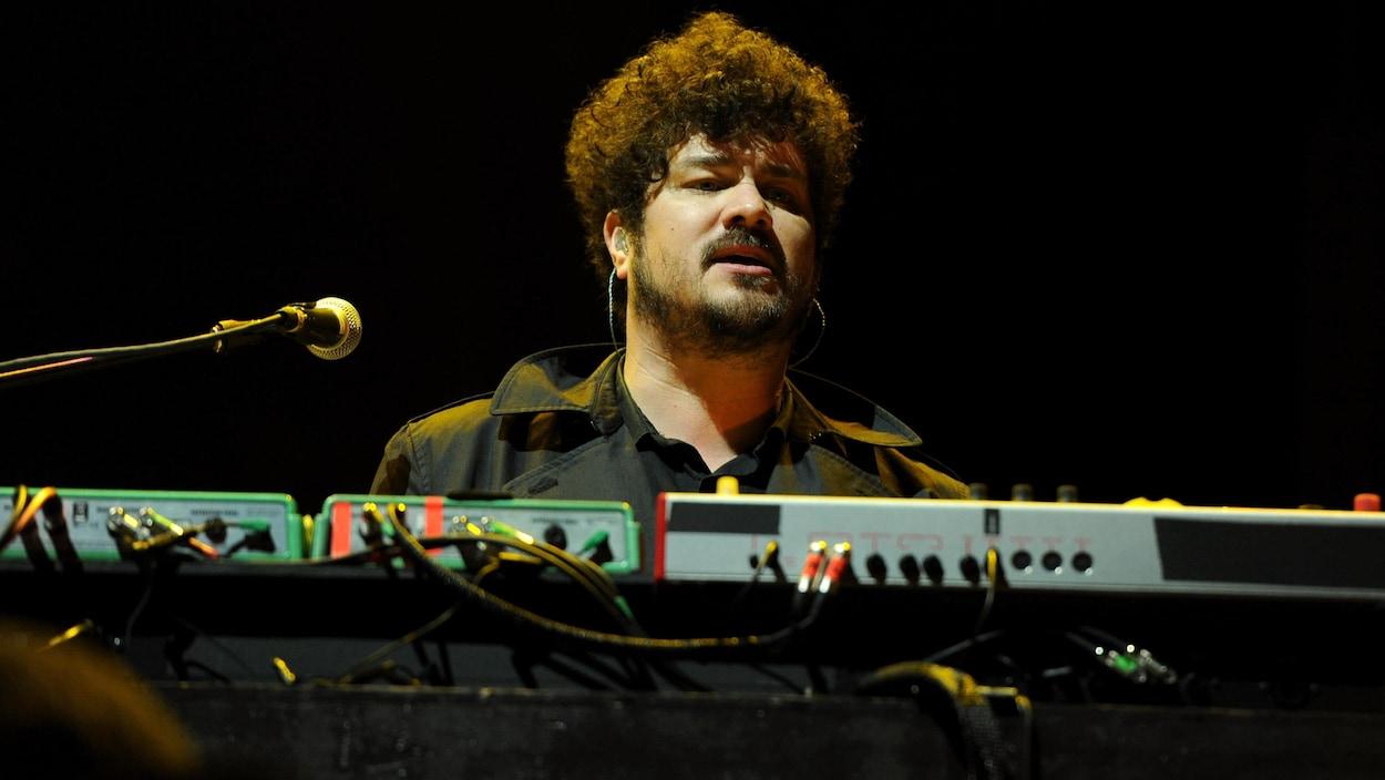 Richard Swift était au clavier durant un concert avec The Shins en 2012