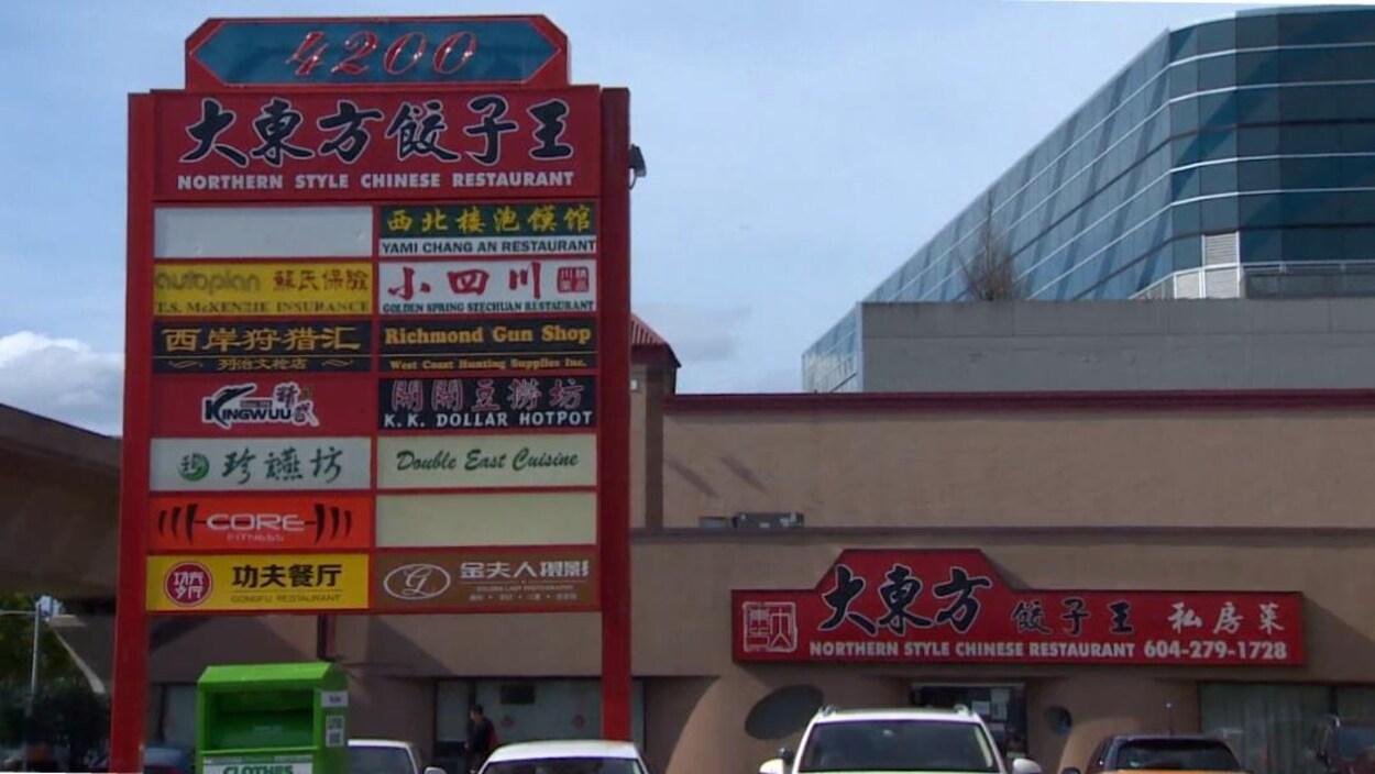 Des panneaux d'affichage en anglais et en chinois