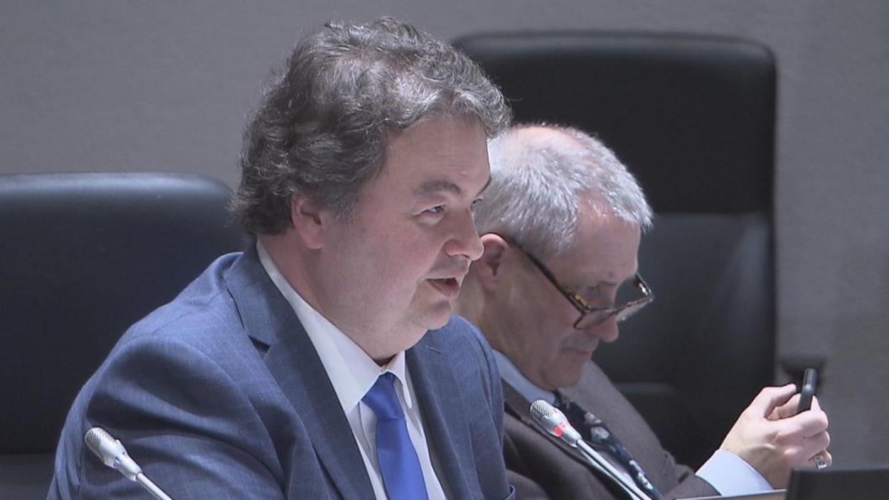Le conseiller Rick Chiarelli pendant une réunion du conseil municipal.