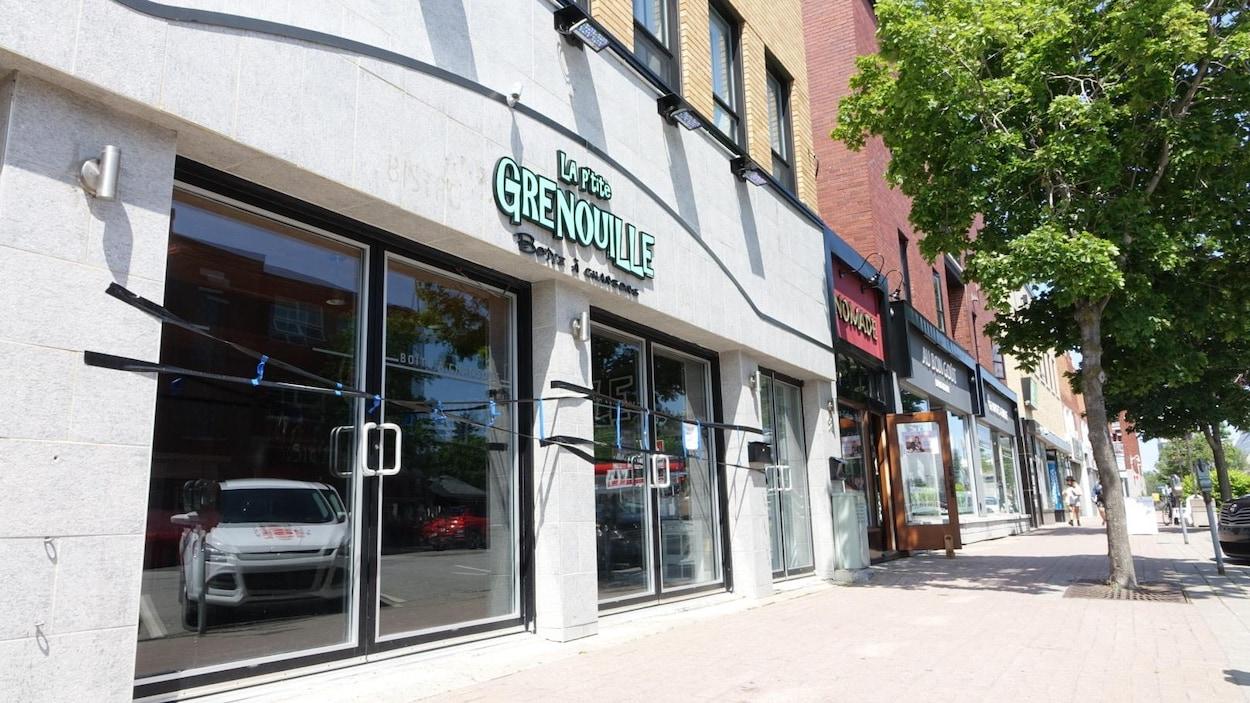 La façade du bar La P'tite Grenouille, à Rimouski.