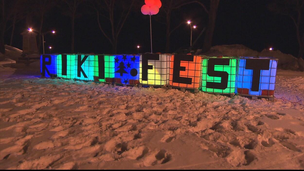 Enseigne coloré à l'effigie du festival Riki-Fest, à Rimouski.
