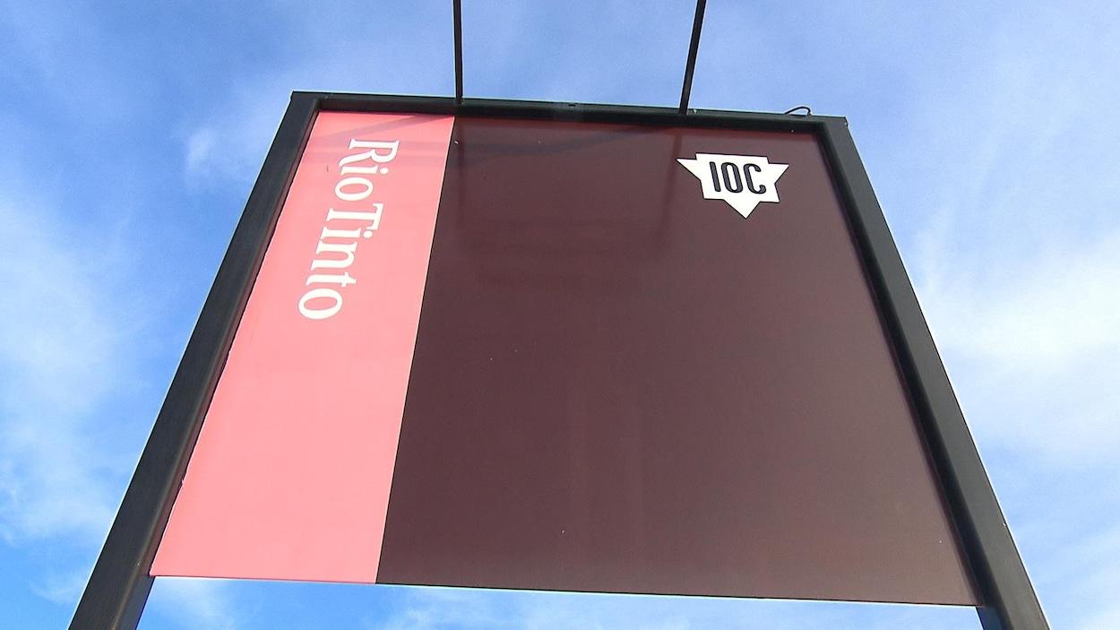 La pancarte indiquant l'entrée du site de la mine d'IOC