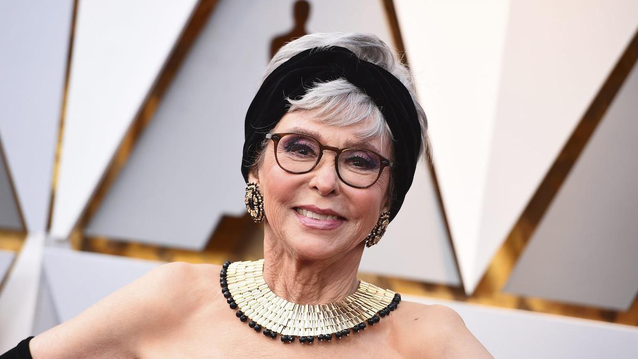L'actrice Rita Moreno sourit et prend la pose sur le tapis rouge des Oscars 2018