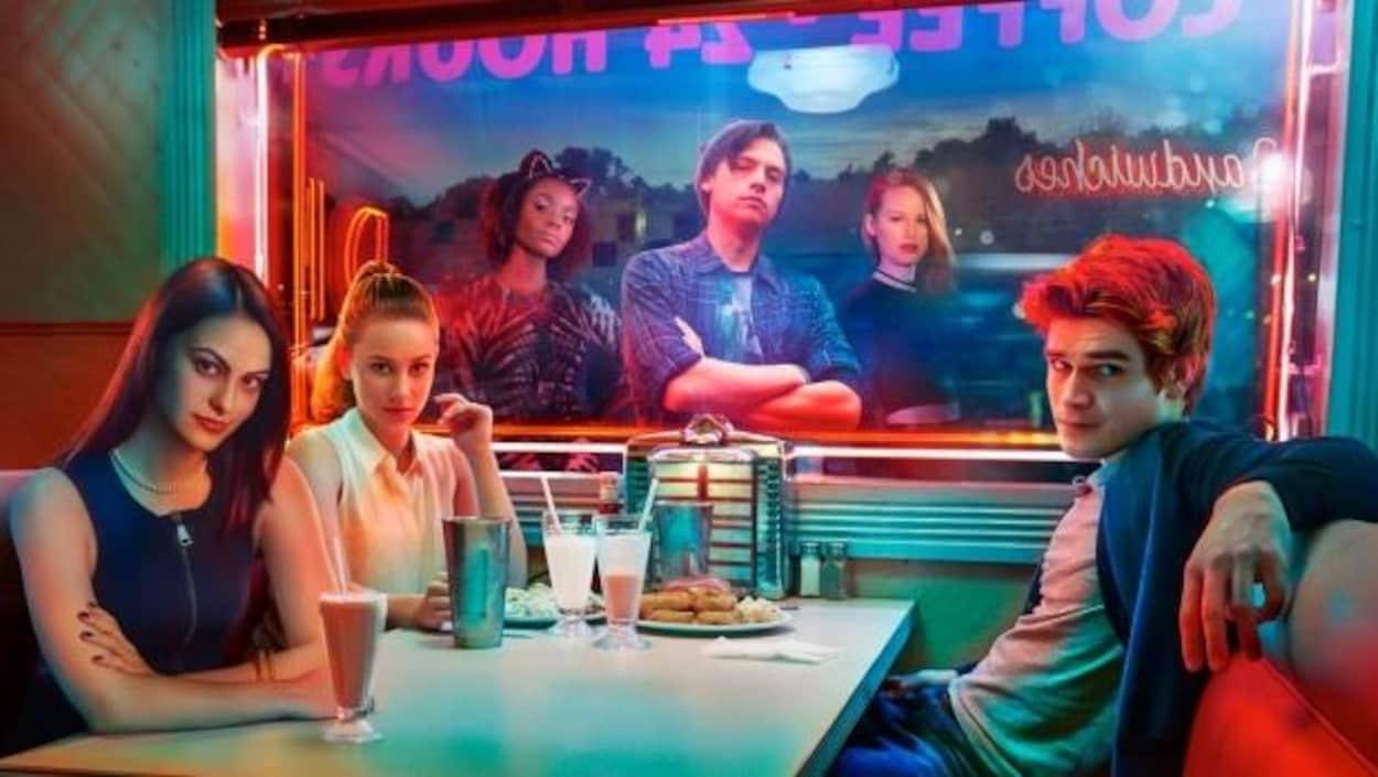 Les personnages de la télésérie « Riverdale », diffusée sur Netflix, assis à une table.