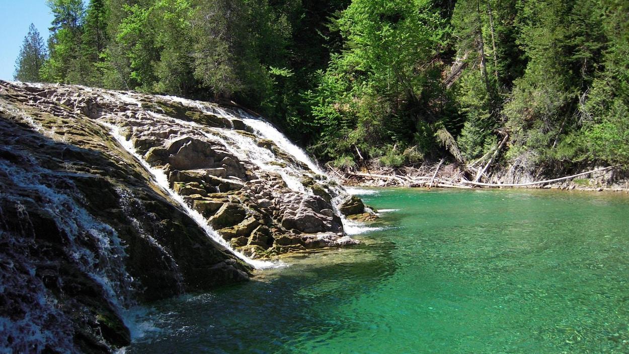 La chute de la rivière aux Émeraudes