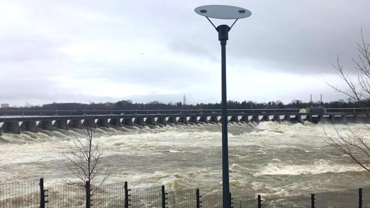 L'eau s'engouffre dans le barrage de la chute des Chaudières, en raison de la crue printanière.