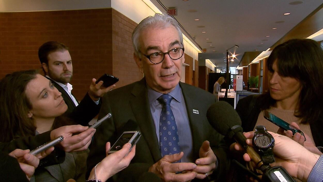 Le commissaire de l'Unité permanente anticorruption (UPAC), Robert Lafrenière, devant des journalistes.