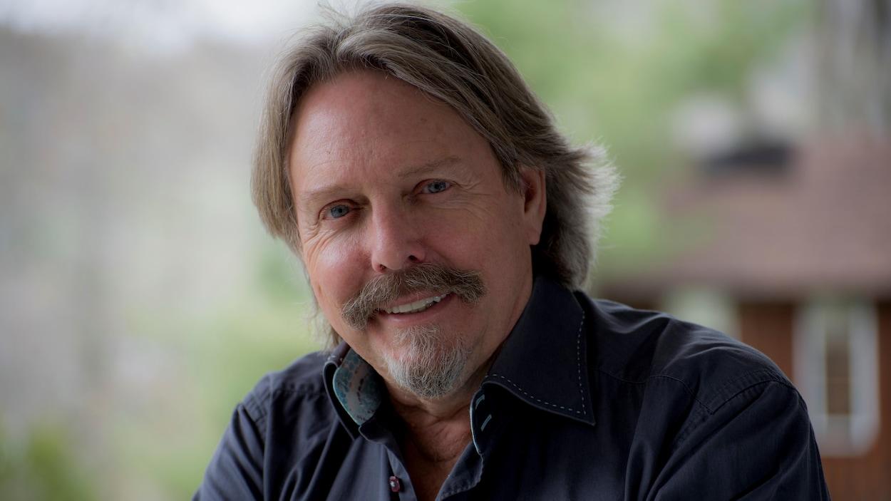 Robert Paquette est auteur-compositeur-interprète franco-ontarien.
