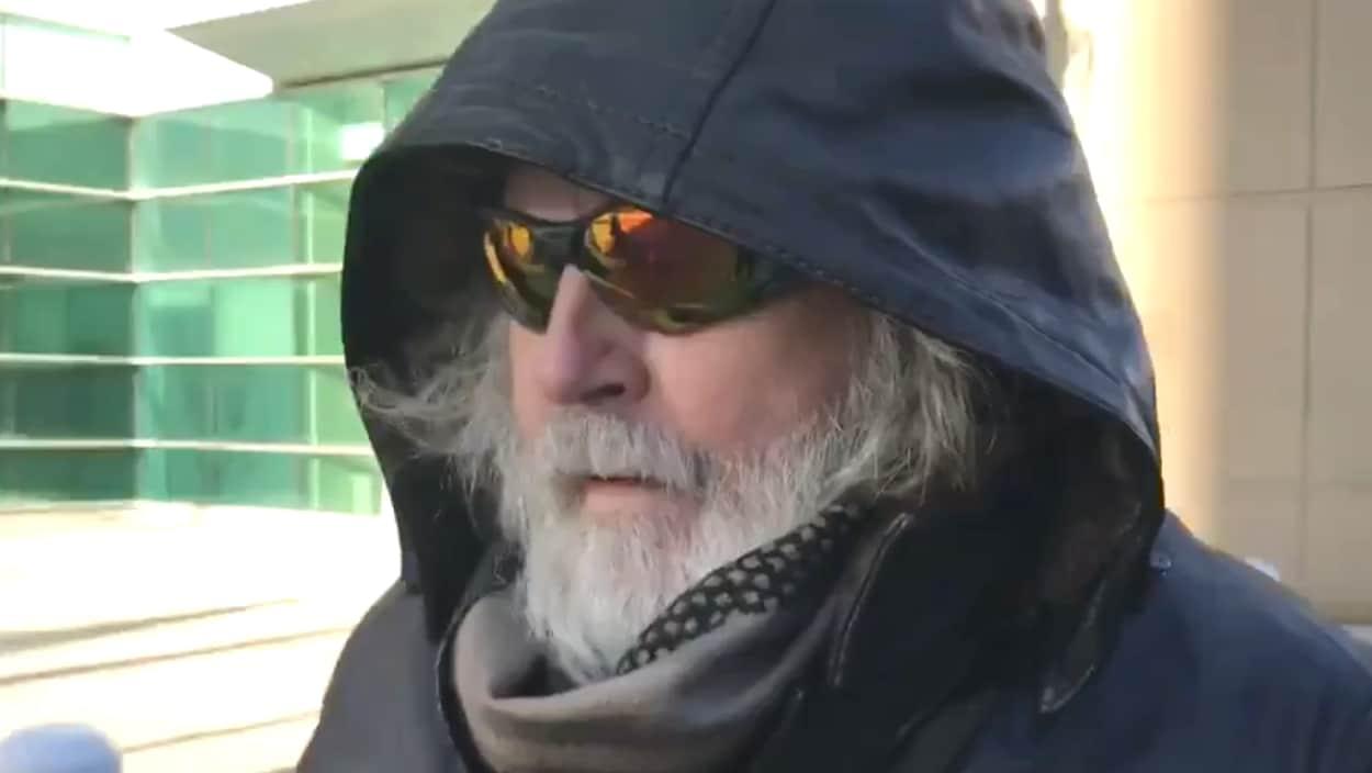 Robert Varley sort du palais de justice de Calgary