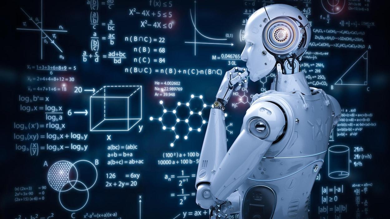 Un robot regarde des algorithmes.
