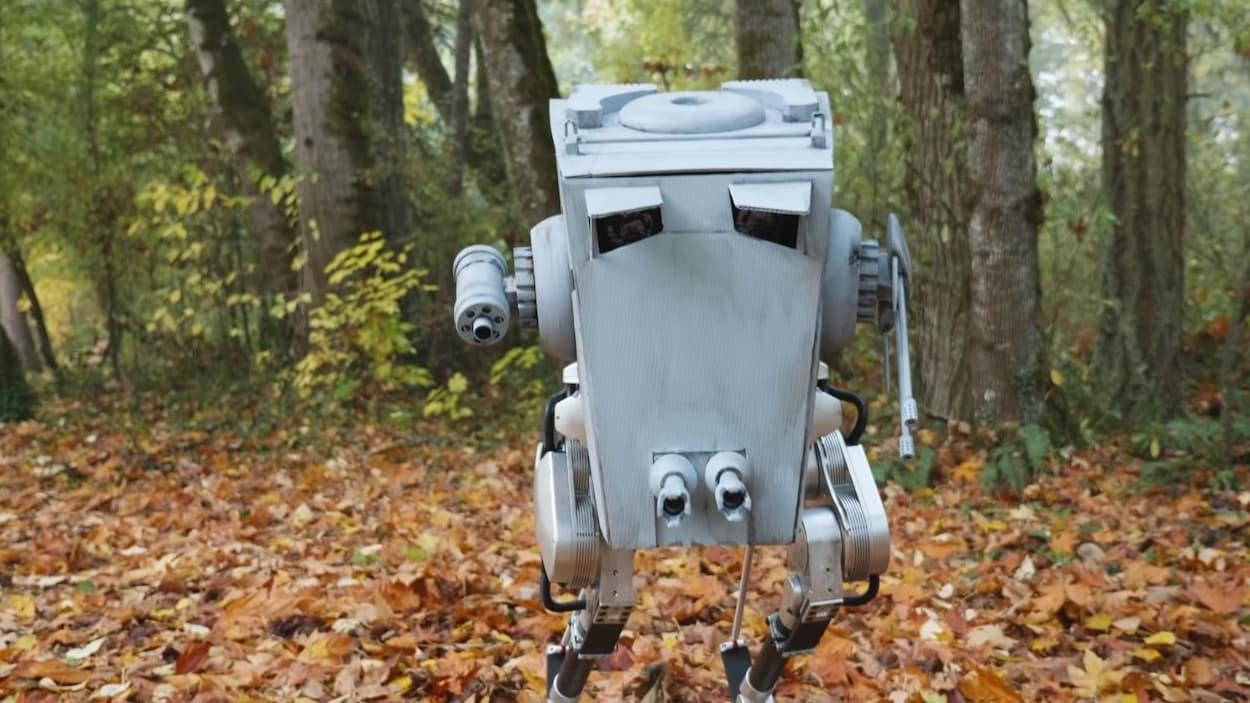 Image tirée d'une vidéo de l'Université de l'Oregon où on voit un robot bipède qu'on a déguisé pour ressembler à un AT-ST, un véhicule de guerre bien connu des amateurs de la saga <em>Star Wars</em>.