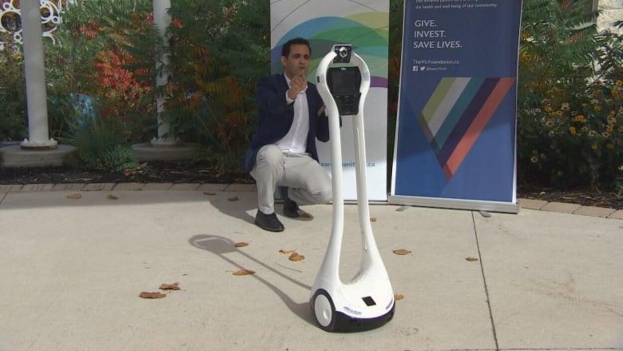 Un chercheur de l'Université du Manitoba travaille avec un robot de téléprésence dans le cadre d'une étude pour aider les patients atteints de démence.