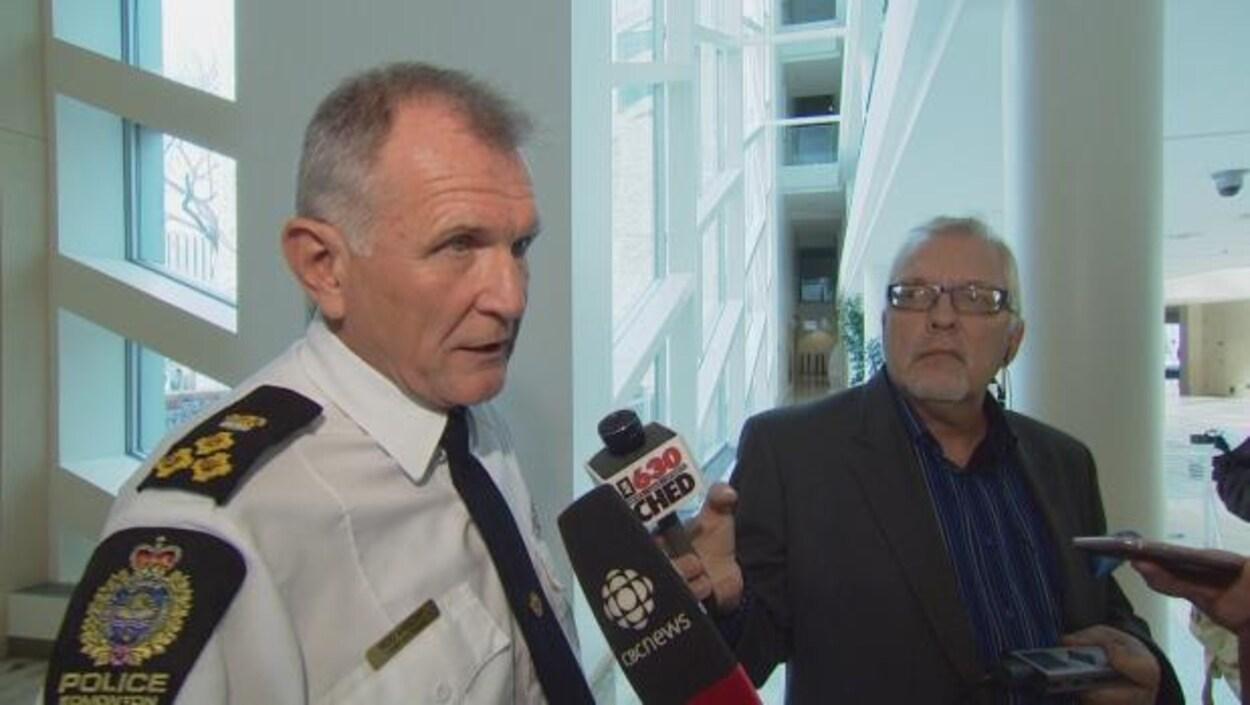 Le chef de police d'Edmonton, Rod Knecht, est en entrevue avec des journalistes, en mêlée de presse.