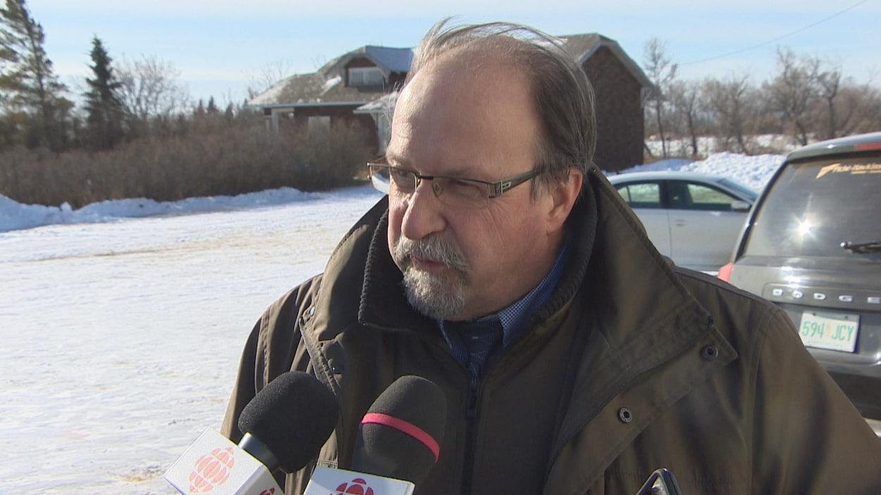 Le président élu de l'ACF, Roger Gauthier, répond aux questions des journalistes à l'extérieur de l'église de Ferland
