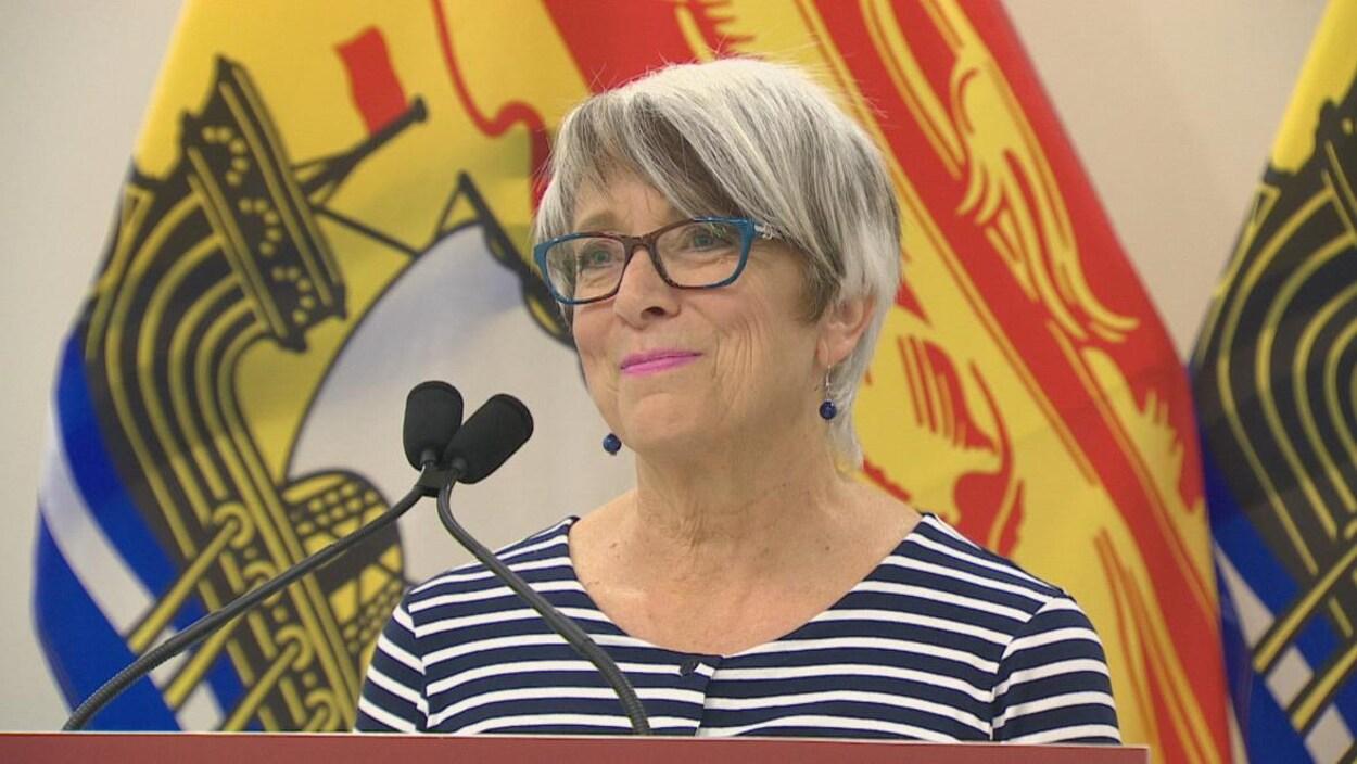 Cathy Rogers donne une conférence de presse.