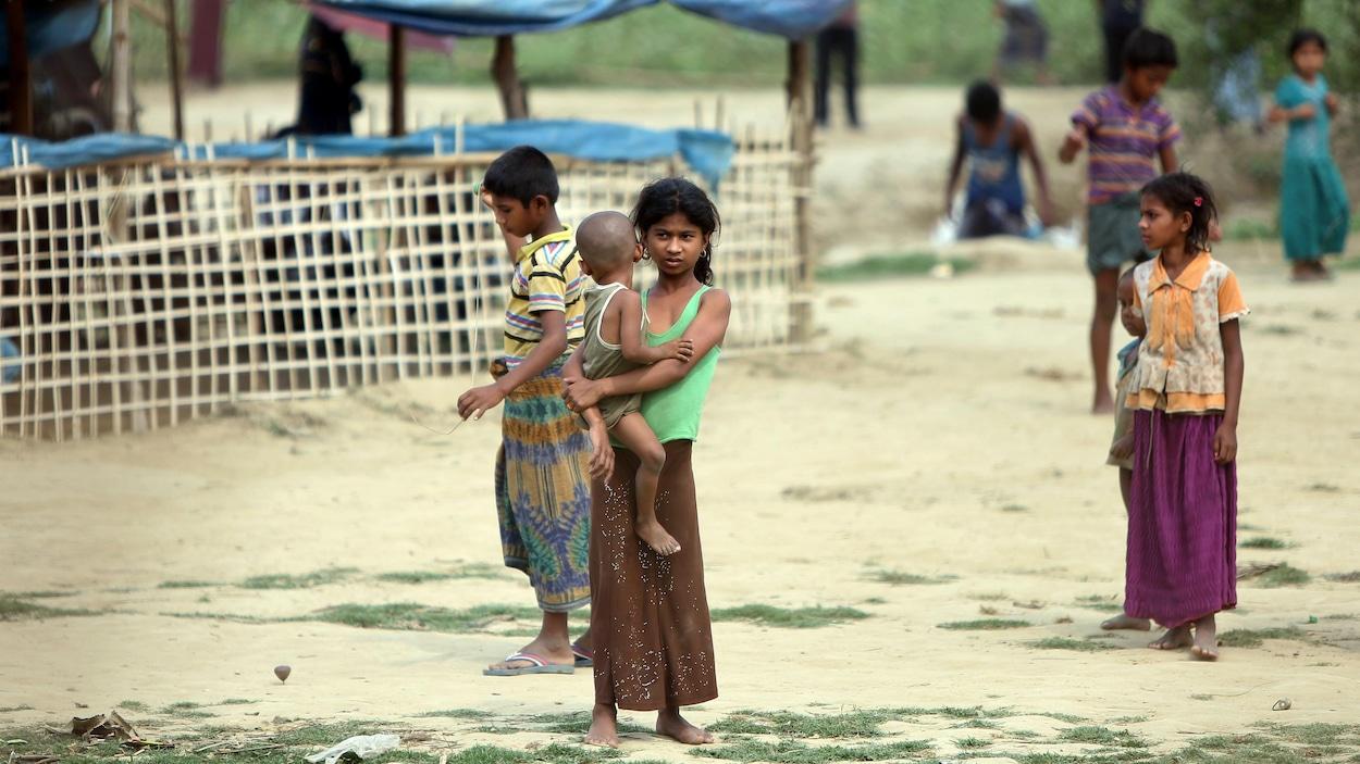 De jeunes réfugiés rohingyas dans un camp de déplacés au Bangladesh.