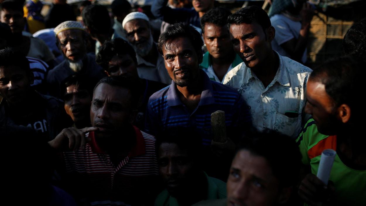 Des réfugiés rohingyas attendent une distribution de nourriture