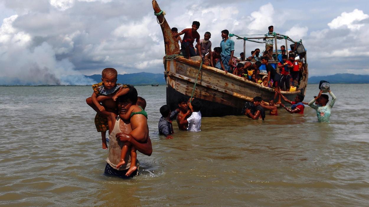 Des Rohingyas fuient la répression militaire au Myanmar