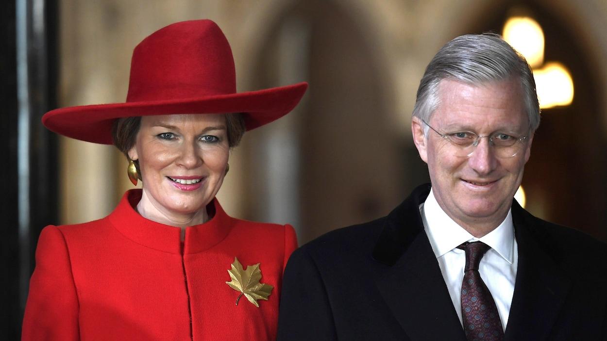 La reine Mathilde et le roi Philippe de Belgique lors d'une cérémonie sur la colline du Parlement.