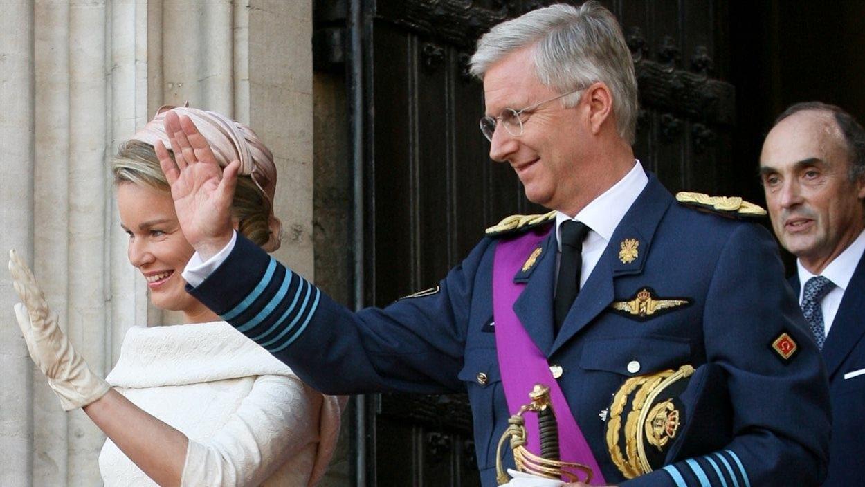 Philippe et son épouse Mathilde saluent une foule.