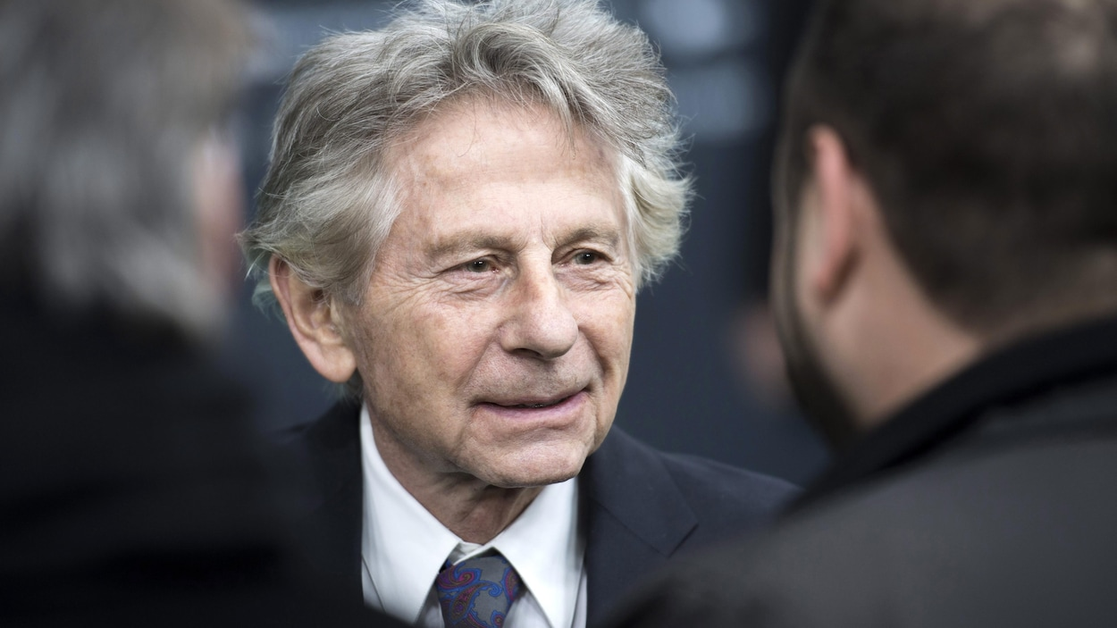 Le cinéaste Roman Polanski parle à des journalistes.